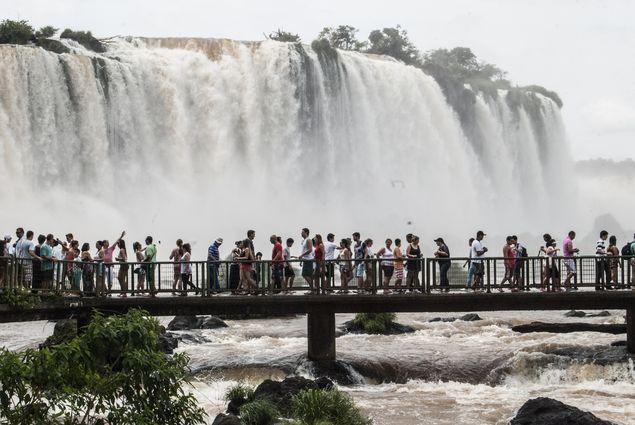 Turistas nas cataratas de Iguaçu no lado brasileiro