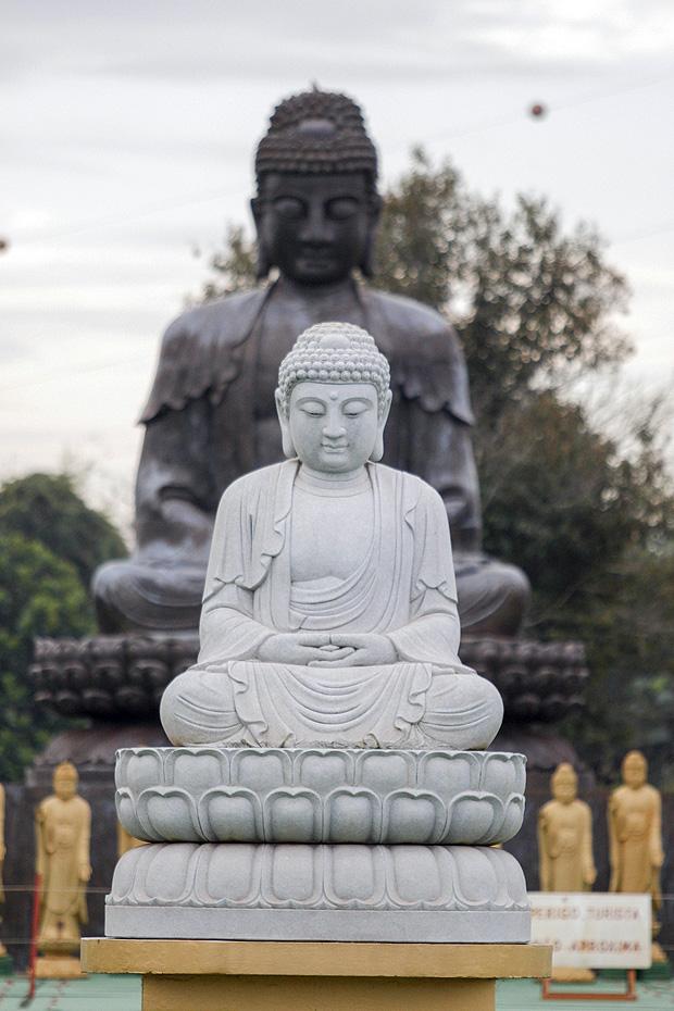 Estátuas no templo budista da cidade paranaense