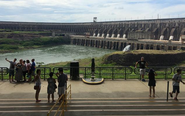 Turistas em visita à Usina de Itaipu