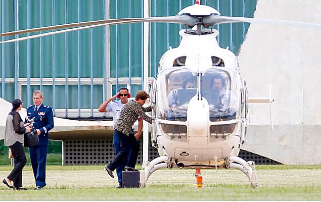 A presidente Dilma Rousseff embarca em helicóptero no Palácio da Alvorada, em Brasília (DF), nesta terça-feira (26).