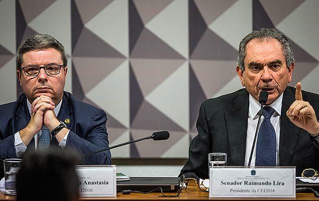 Raimundo Lira (à dir.) e o relator Antonio Anastasia em reunião para discutir o parecer sobre o possível afastamento da presidente Dilma