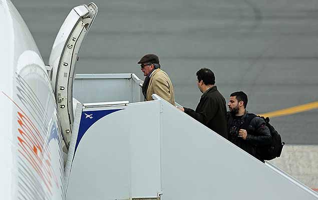 Nestor Cerveró chega ao aeroporto Afonso Pena, em Curitiba, nesta sexta-feira (24) para embarcar com destino ao Rio de Janeiro.