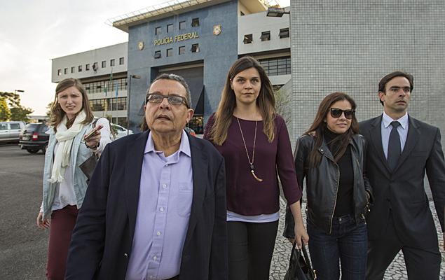 O marqueteiro João Santana e a mulher dele, Mônica Moura, deixam a sede da Superintendência da Polícia Federal, em Curitiba (PR) nesta segunda-feira (1º).