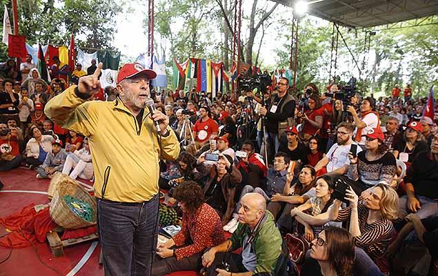 O ex-presidente Luiz Inácio Lula da Silva participa de ato na Escola Nacional Florestan Fernandes, do Movimento Sem Terra (MST), no bairro do Paratei em Guararema (SP).