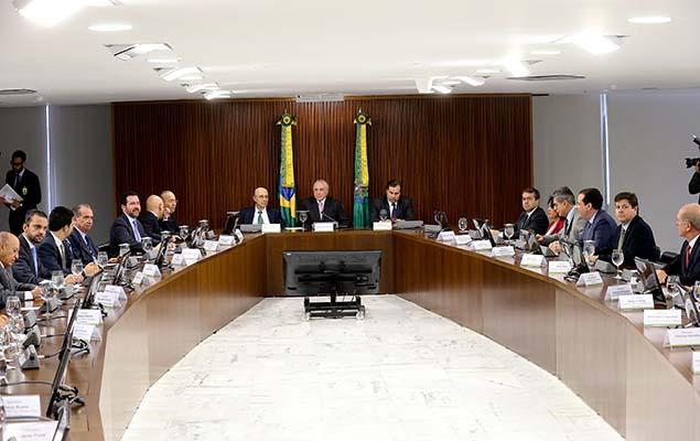 Temer e ministros durante reunião com líderes partidários da Câmara e do Senado