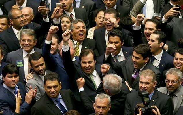 Rodrigo Maia (DEM-RJ) comemora a vitória com parlamentares após ser reeleito em 1º turno presidente da Câmara, em Brasília (DF)