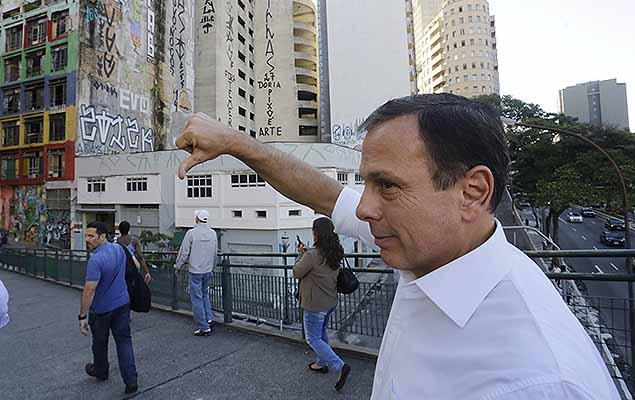 O prefeito de São Paulo, João Doria, vai de ônibus até a prefeitura no centro da cidade, nesta segunda-feira (6). O prefeito fez uma viagem do terminal Vila Nova Cachoeirinha, na zona norte, até o terminal Bandeira próximo ao prédio da administração.