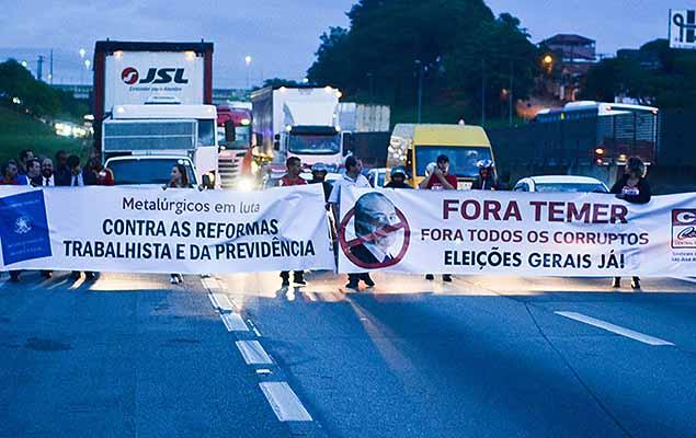 Sindicato dos Metalúrgicos promove protestos contra o governo e suas reformas nas maiores fábricas da região de São José dos Campos (SP), nesta quarta-feira (15). Um grupo de manifestantes colocou fogo em barricadas em vários pontos da rodovia Presidente Dutra, sendo o maior deles no km 146 no sentido Rio de Janeiro, pelo Dia Nacional de Mobilização contra a Reforma da Previdência e Reforma Trabalhista.