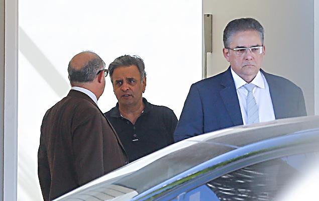 O senador afastado Aécio Neves (PSDB-MG) conversa com os advogados Alberto Toron e Marcelo Leonardo na entrada de sua residência em Brasília (DF)