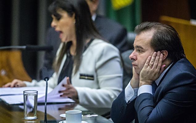 A segunda secretária da Câmara, deputada Mariana Carvalho, na presença do presidente da Câmara dos Deputados, Rodrigo Maia, faz a leitura da denúncia feita pela PGR contra o presidente Michel Temer