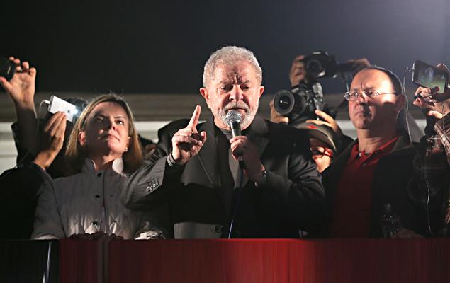 O ex-presidente lula realiza discurso para os participantes do ato. Manifestantes, centrais sindicais e movimentos sociais realizam ato em defesa do ex-presidente Luiz Inácio Lula da Silva contra sua condenação