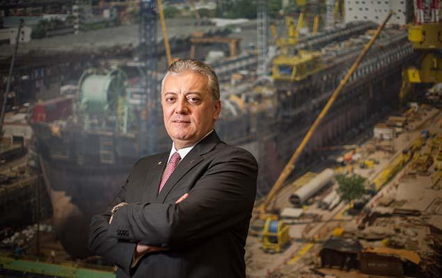 Aldemir Bendine posa para foto na sede da Petrobras, no Rio de Janeiro