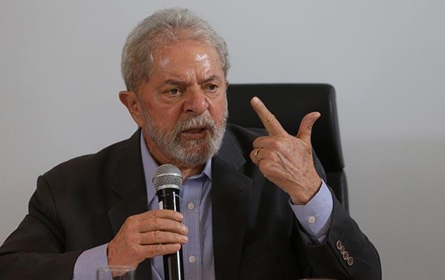 O ex-presidente Lula concede entrevista a jornalistas na sede do instituto que leva seu nome, em São Paulo, nesta quarta