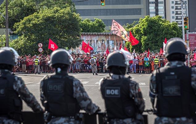 Militantes e policiais no perímetro de segurança na área do TRF-4, em Porto Alegre, durante o julgamento do ex-presidente Lula (PT)