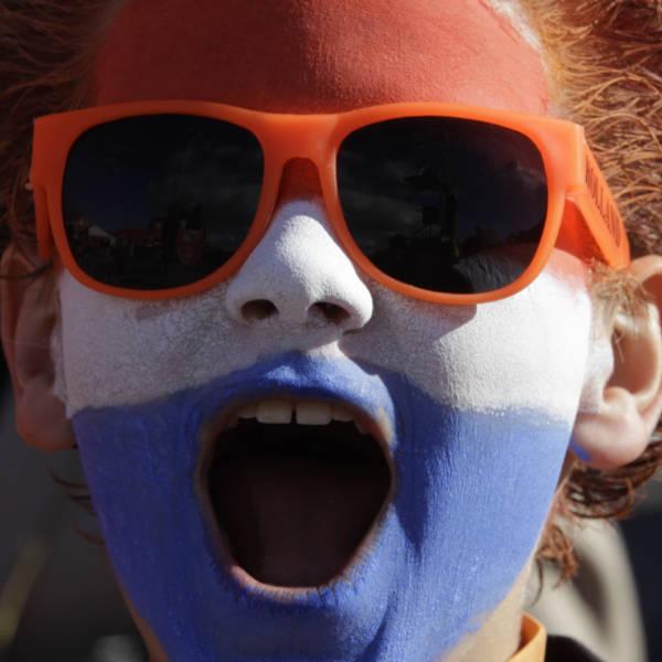Jovem holandês grita palavras de incentivo à sua seleção mesmo antes do jogo começar