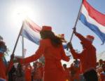 Torcedores holandeses fazem festa do lado de fora do Green Point, na Cidade do Cabo