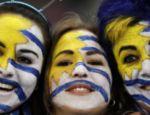 A família veio unida e devidamente pintada nas cores uruguaias