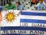 A mão de Suárez já virou mito na Copa 2010, como mostra a faixa desses uruguaios