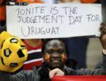 Ressentido, o fã sul-africano exibe cartaz onde se lê