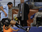 O holandês Van Bommel (dir.) tira a Jabulani do uruguaio Pereira
