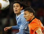 O holandês Boulahrouz (dir.) e o uruguaio Cavani disputam bola pelo alto nos primeiros minutos de jogo