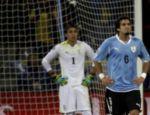 Os uruguaios Muslera e Victorino ficam apreensivos com o gol holandês