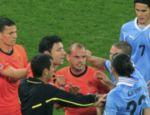 O juiz Ravshan Irmatov, do Uzbequistão, tenta apartar confusão entre uruguaios e holandeses