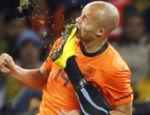 O holandês Demy de Zeeuw é atingido pela chuteira do uruguaio Caceres...