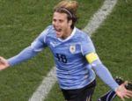 O craque uruguaio Forlan corre para celebrar seu gol, o de empate contra a Holanda