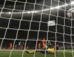...e empata para o Uruguai, um golaço!