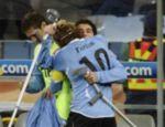 Diego Forlan comemora seu gol com Nicolas Lodeiro