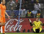 O goleiro da Holanda, Maarten Stekelenburg, e Joris Mathijsen (esq.) lamentam após gol de empate do Uruguai
