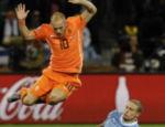 Sneijder pula para evitar carrinho de Diego Perez, do Uruguai