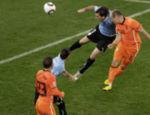 Robben (dir.) marca, de cabeça, o terceiro gol da Holanda