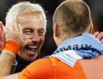 Robben (dir.) comemora a vitória com o técnico, Bert van Marwijk
