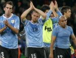 Os jogadores do Uruguai Diego Godin, Diego Perez e Edigio Arevalo Rios após derrota para Holanda