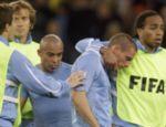 Os jogadores do Uruguai Alvaro Pereira (dir.) e Diego Perez (segundo à dir.) lamentam a eliminação