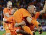 John Heitinga, levanta Sneijder na comemoração