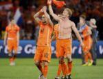 Dirk Kuyt (dir.) comemora com Sneijder a classificaçõa para a final da Copa