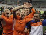 Os jogadores da Holanda, Robben (esq.), Dirk Kuyt (centro), e Ibrahim Afellay fazem festa