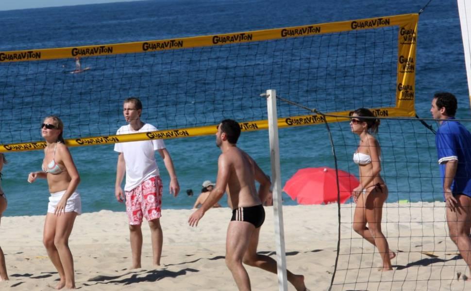 Caio Ribeiro e Tiago Leifert jogam vôlei na praia de Ipanema