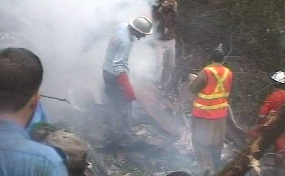 Avião cai com 152 pessoas no Paquistão