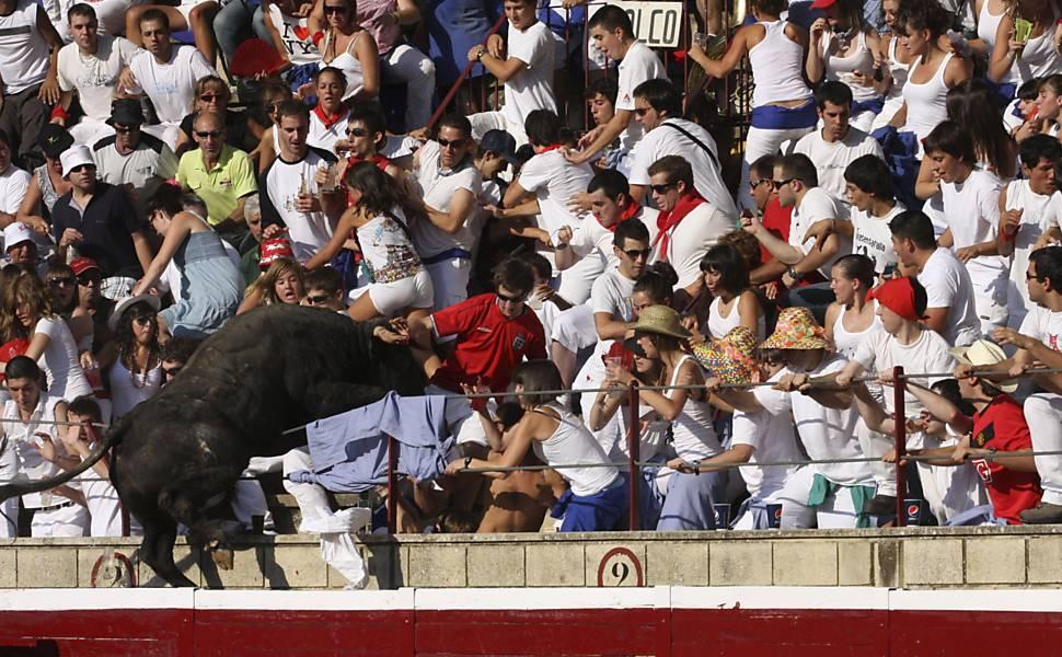 Touro invade arquibancada durante tourada