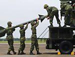 Soldados carregam míssel durante exercício militar em base aérea em Chiayi, Taiwan