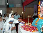 Na Índia, missionárias comemoram o centenário do nascimento da madre Tereza de Calcutá, ganhadora do nobel da paz