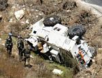 Soldados da ONU olham veículo que capotou em Bourj Qalawi, no Líbano, deixando um morto e dois feridos