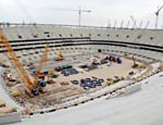 Operários trabalham na construção do Estádio Nacional, em Varsóvia (Polônia), onde acontecerá a abertura da Eurocopa 2012