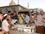 Muçulmanos curdos interrompem o jejum ao pôr do sol, durante o Ramadã, em Arbil, no Iraque