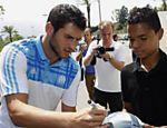 O jogador Pierre Andre Gignac dá autógrafo ao se apresentar no Olympique de Marselha, na França