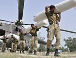 Soldados paquistaneses descarregam helicóptero com ajuda aos desabrigados por enchentes em Alipur